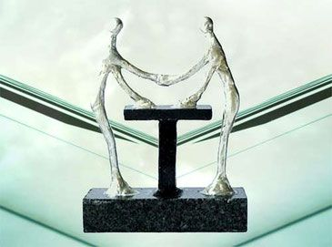 Besondere Deko Skulpturen als Geschenk Idee für Ihr Jubiläum zur Motivation mit dem entscheidenden Händedruck des Vertrauens zwischen zwei Menschen.