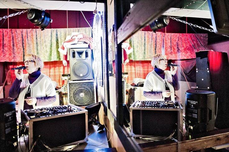 – Hyviä laulajia täällä käy, ei mitään örisijöitä, karaokea vetävä Irja Lindbom kuittaa Metsäaron Aropupussa.