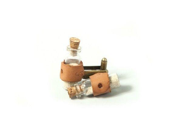 Butonii din sticla lucrati manual sunt accesorizati cu piele si au o baza metalica antichizata .Dimensiuni 3 cm .