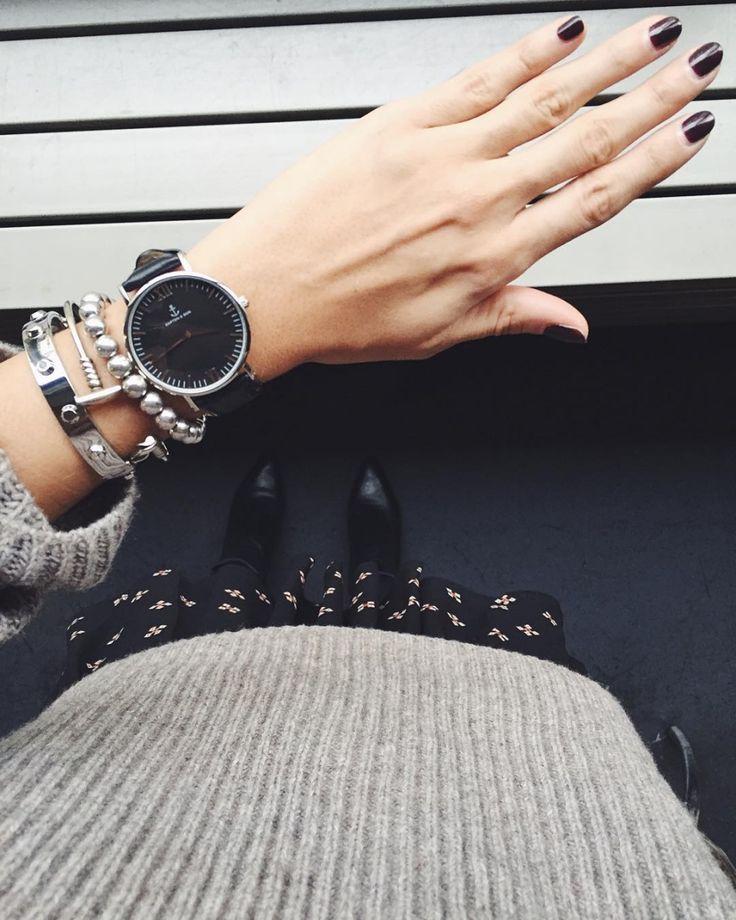 Sofia Grau   ソフィア・グラウ    ブログ「 She Comes in Colors 」のソフィア。キャプテン アンド サンのブラックフェイスの腕時計&シルバーのブレスレットのレイヤードが、黒いスカート×グレーニットのコーディネートとよく似合っている。   写真2ではリングの重ねづけを披露。イナ バイスナーやH&Mのリングをミックスしてつけた。 写真3は...