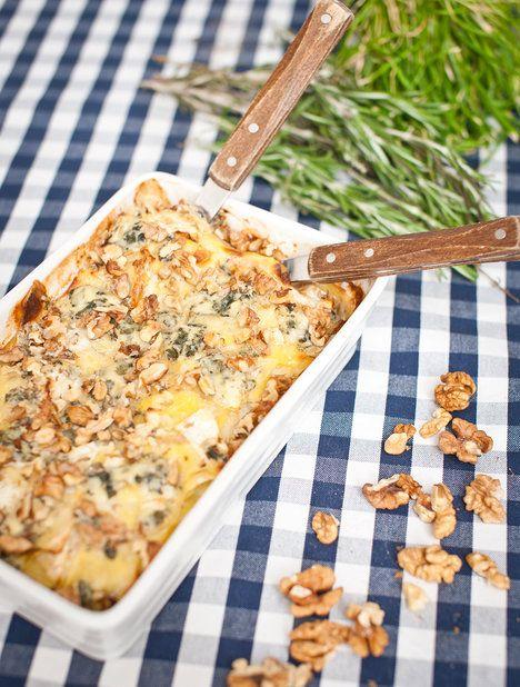 Zapečené brambory s modrým sýrem a vlašskými ořechy