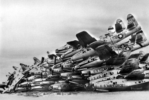 Onbekend | Amerikaanse vliegtuigen op schroothoop  in verband met wapenbeheersing, zonder plaats of jaartal.
