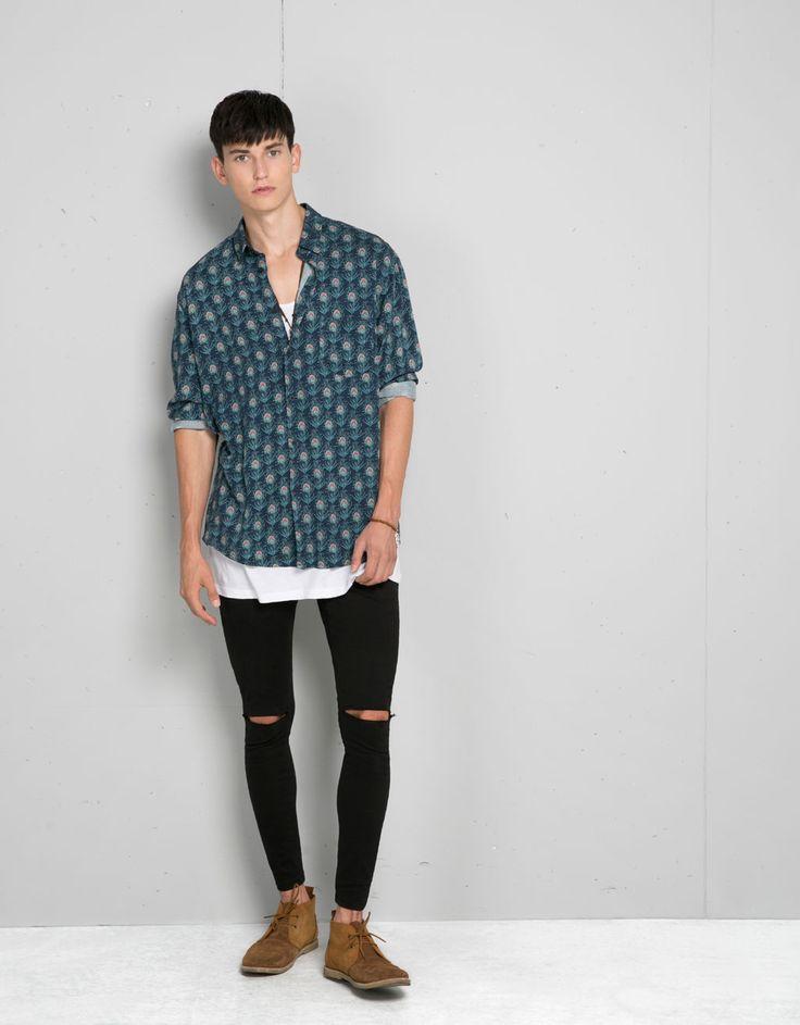 Camisa plumas pavo real. Descubre ésta y muchas otras prendas en Bershka con nuevos productos cada semana
