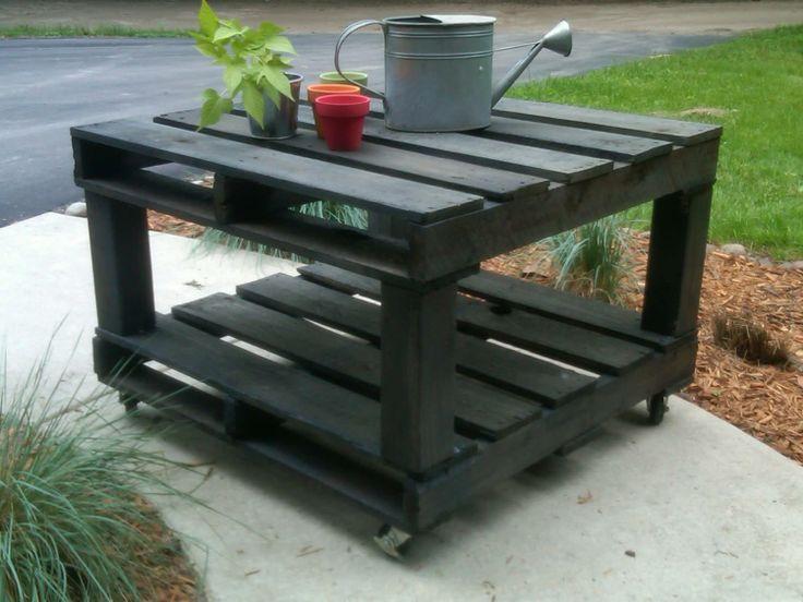 ¿Necesitas una mesa para tu jardín? Con esta propuesta de #reciclaje de #pallets y un poco de maña, puede ser tuya. ¿Te animas?