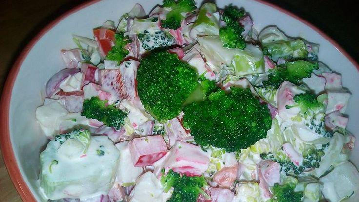 Dáme na pár minut povařit brokolici, já nechávám maximálně 10 minut.Než nám vychladne brokolice, nakrájíme krabí tyčinky, papriky, ředkvičky,...