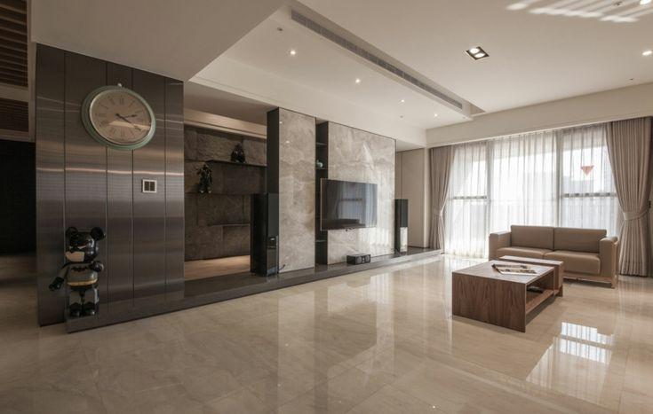 pared de mármol y televisor en el salón