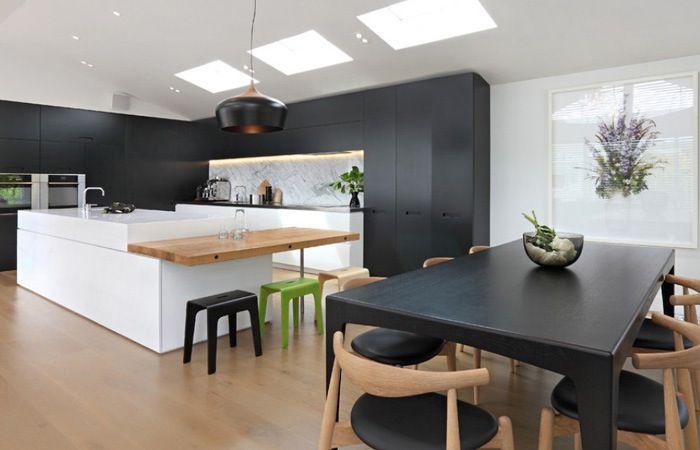 Idee: hoge scheidingswand met haard tussen keuken en woonkmr + barretje ad haardzijde