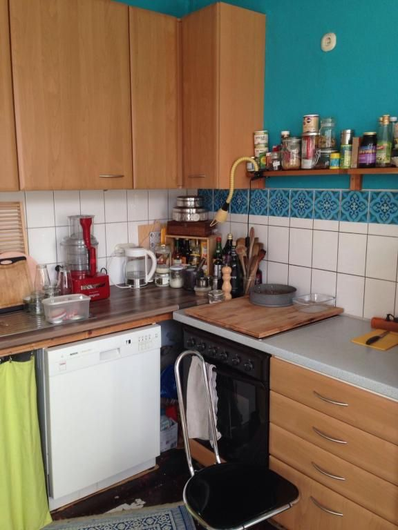 Küchenzeile blaue Wand Wohnung in Hannover Linden-Mitte - kuche blaue wande