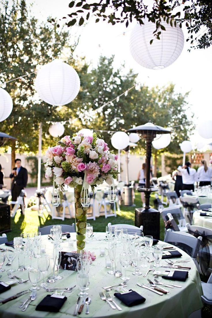 Beautiful decoration with paper lanterns and flowers at the dinner in the garden.   Mooie decoratie met lampionnen en bloemen bij het diner in de tuin.  #lampion #diner #bloemen #lampionnen #huwelijk #trouwen #event #wedding #weddingdecor #weddinginspiration #styling #horeca #feest #party #eventplanner #aankleding  Bruiloftsborden  Hangende lantaarn Huwelijks ideeën Fete de mariage Lanternes en papier, Heiraat dekoration