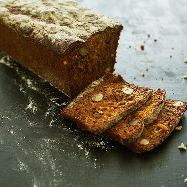 Ett lättbakat och saftigt frukt- och nötbröd som dessutom blir helt glutenfritt med en hemgjord glutenfri mjölmix bestående av majs-, havre-, ris- och potatismjöl. Låt helst brödet vila inlindat i bakduk till dagen efter.