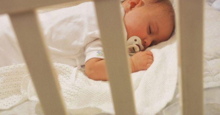 Como elevar o colchão de um berço. Você pode elevar o colchão de um berço para ajudar um bebê em diversas situações. A especialista em educação infantil Elizabeth Pantley diz que um colchão elevado pode aliviar os desconfortos do refluxo gástrico e de infecções do ouvido. Para alguns bebês, o colchão elevado se assemelha a ser segurado no colo e, portanto, eles se sentem mais ...