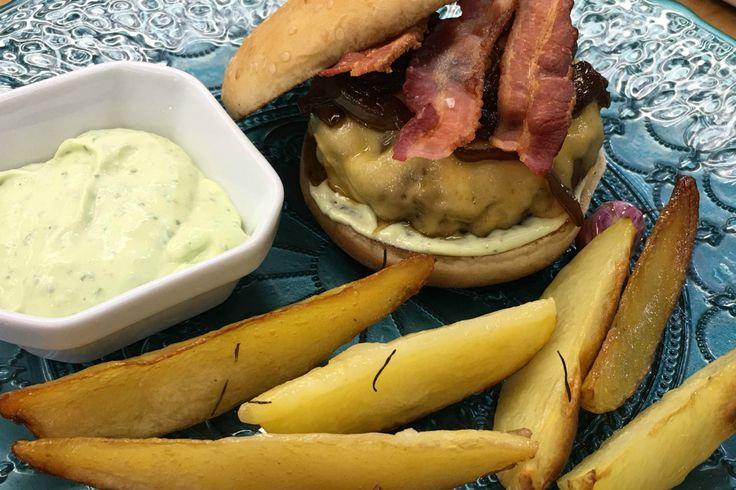 Hambúrguer com fritas rústicas enviada por É de casa no dia 28/05/2016
