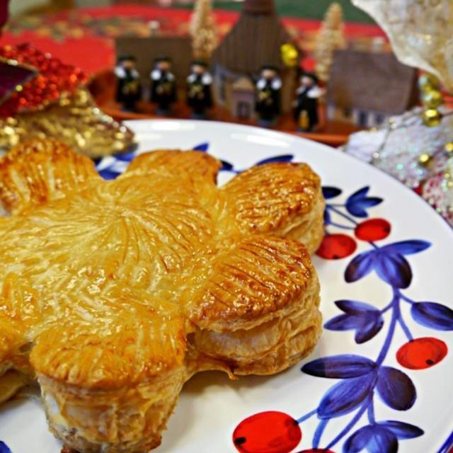 柿がやわやわになってしまったので、前から食べたかった柿パイにしました。 形はコルドンの本に載っていた「ピティヴィエ」というパイの成形を真似てお花の形に。 中身は柿と2種類のレーズンをラムに漬けて甘さは控えめ。 冷凍パイシートで簡単おやつです✨ - 213件のもぐもぐ - お花の柿パイ by meisui829