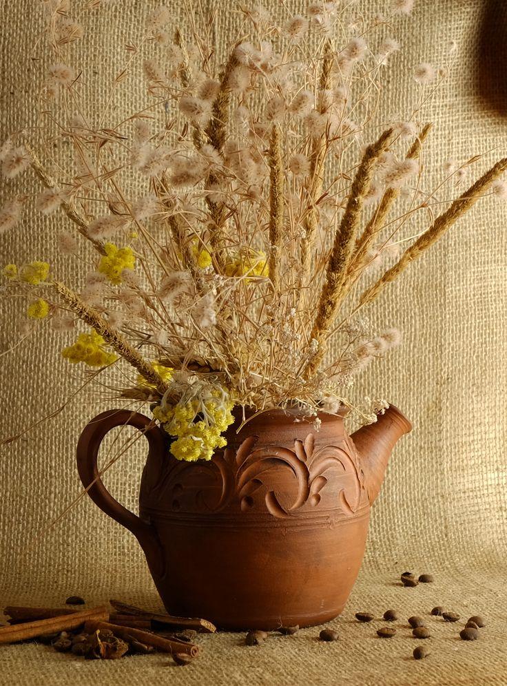 Ваза - наверное самый востребованный предмет в искусстве декора дома или офиса. Говоря о вазе, чаще всего мы имеем ввиду керамический или стеклянный сосуд простой круглой формы. Но если мы включим фантазию, то вазу можно заменить любым другим предметом. В моем случае - это чайник. Оригинально и очень красиво.