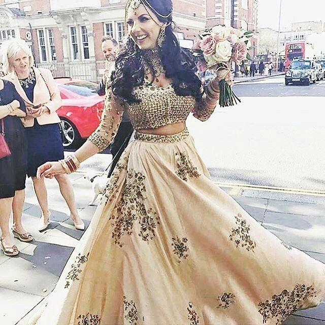 Beautiful Lehenga by Astha Narang @asthanarangofficial . . . #indianfashion #weddingideas  #bollywood #bridaldress #bridalcouture #indianfashionblogger #model #runway #streetstyle #indianstreetstyle #indianwear #desiwear #ethnicwear #couture #fashion #india #saree #sari #lehenga #punjabisuits  #salwarkameez #wedding #indianwedding #bridalwear #bride #indianbride #girl #look #followme http://gelinshop.com/ipost/1519871480014458788/?code=BUXqw72gk-k