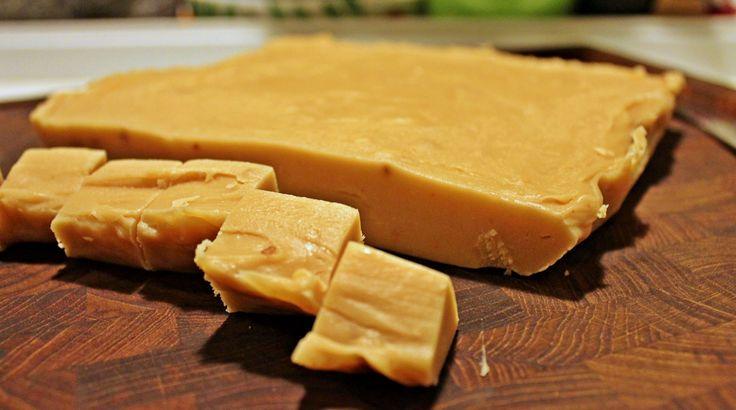 Grund opskrift på lækker cremet fudge lavet på kondenseret mælk med foreslag til…