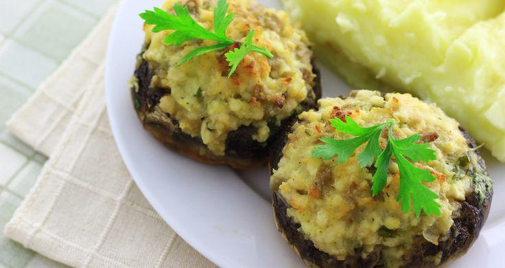 Γεμιστά μανιτάρια με χωριάτικο λουκάνικο και τυριά