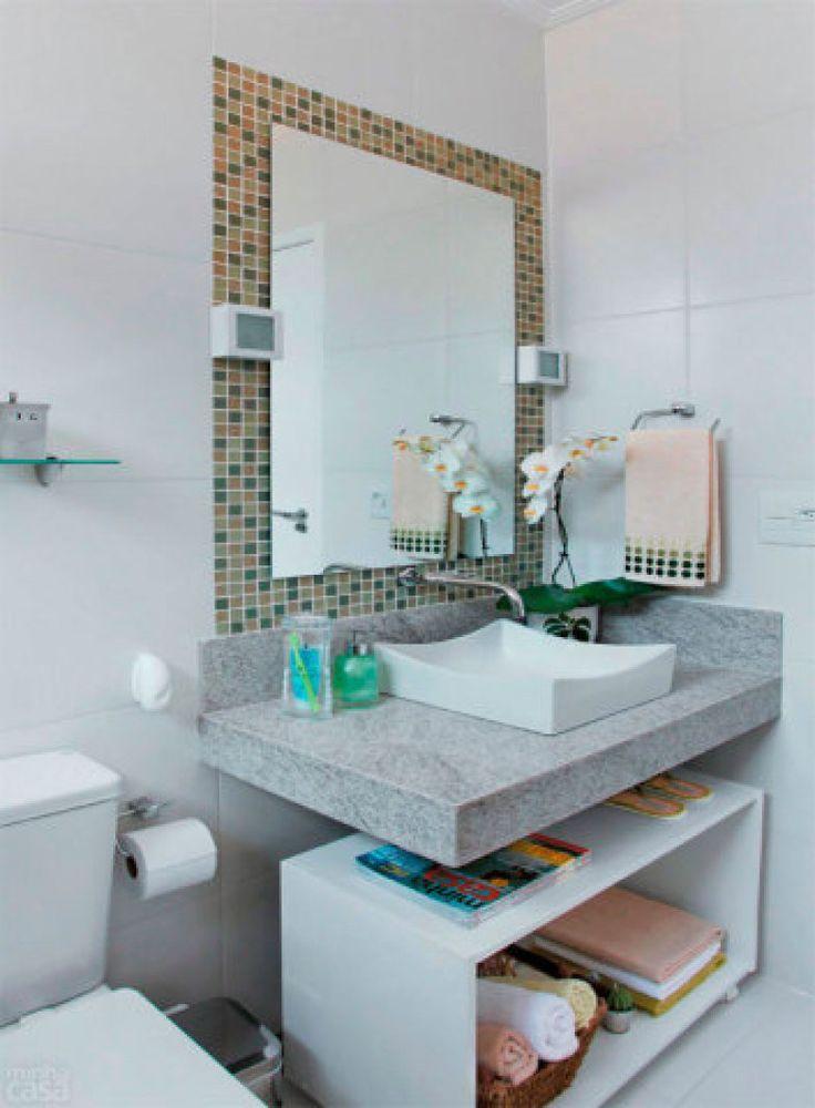 Sob a bancada deste banheiro um bom exemplo de reutilização, o gabinete branco nada mais é do que uma velha fruteira de chão.