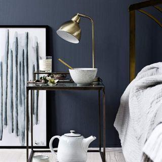 Nyanser av blått. Mörkblått är en trendfärg hösten 2015 som syns både i sovrum och på köksluckor. Allt på bilden kommer från Broste Copenhagen.