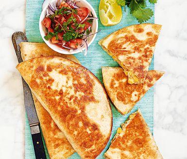 Böntortillas med stora vita bönor och en god cheddarost som bas är en mättande vegetarisk rätt som går snabbt att laga. Allt du behöver är en stekpanna och lite goda tillbehör som gräddfil, avokado och tomatsalsa. Säg hej till Mexiko!