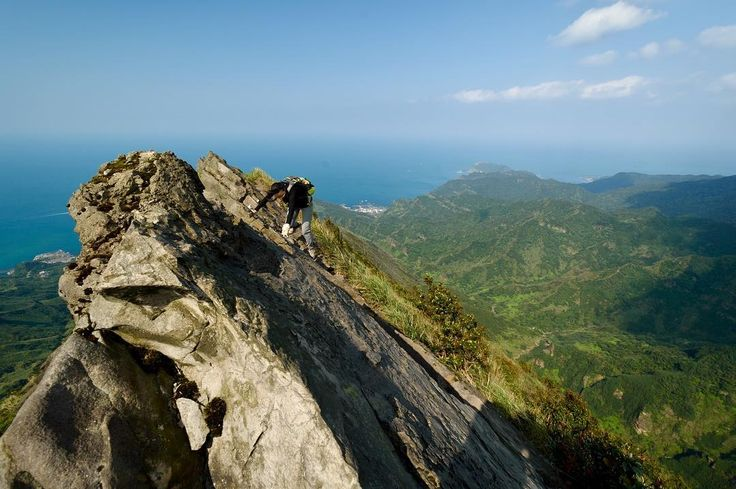 Na hřbetě Stegosaura. Přibližně ve 2/3 výstupu začínají opravdu vzdušné a zábavné sekce s parádními výhledy na celé severní pobřeží Taiwanu. #tofutaiwantours #tofutaiwan #životnataiwanu #cestování #taiwan  #tchajwan #tchaj-wan #tchajwannenithajsko #taiwanisnotthailand #iseetaiwan #igtaipei #igtaiwan #exploretaiwan #taiwanwalker #biglittleisland #amazingtaiwan #focus_taiwan #台灣 #대만 #ไตหวน #Тайвань #تايوان #hiking