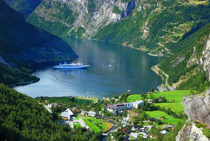 Os países mais verdes do mundo  9 - Suécia (78.09 pontos) População: 9.52 milhões. PIB per capita: US$ 56.210 Pontos por categoria - Saúde: 100. Qualidade do Ar: 97.13. Água e Saneamento: 100. Recursos hídricos: 87.86. Agricultura: 65.18. Florestas: 14.35. Recursos pesqueiros: 25.3. Biodiversidade e Habitat: 62.38. Clima e Energia: 77.34.