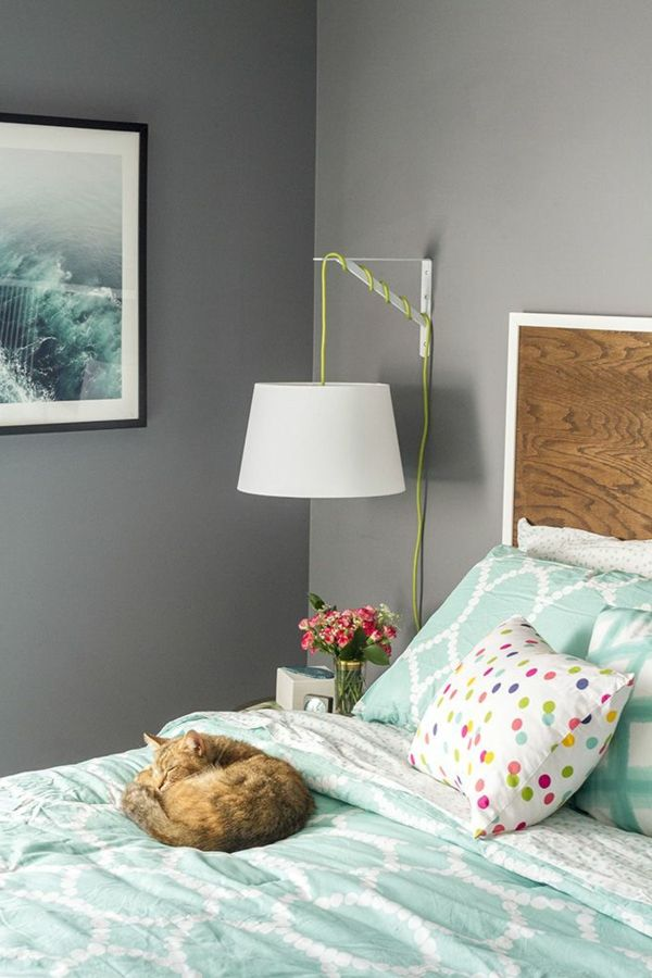 ligne de lit coloré, lampe de chevet suspendue, table de nuit