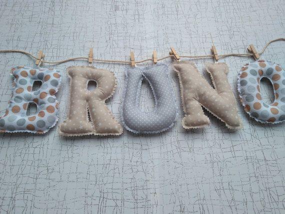 Nombre letras en guirnalda de tela.