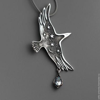 Птица Ночи кулон из серебра в виде ворона с подвеской голубого топаза