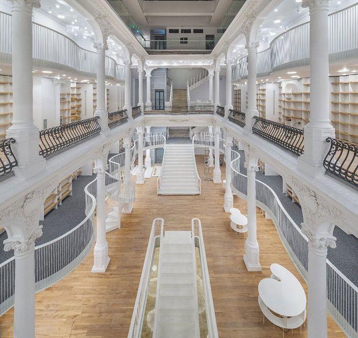 19世紀の建物が、美しい本屋さんに生まれ変わったよ | roomie(ルーミー)
