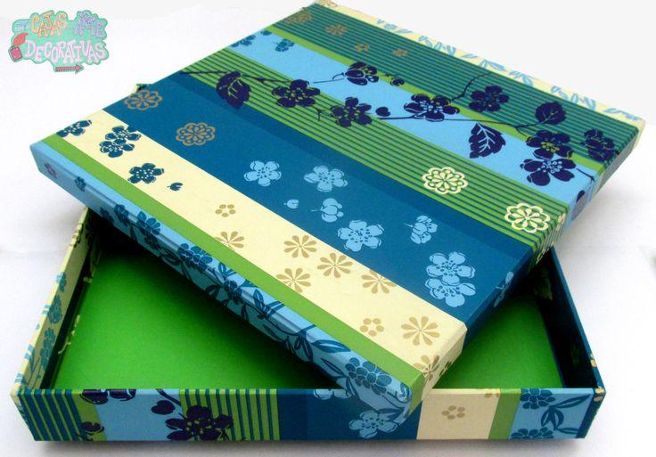 Caja verde con papel de diseño a rayas azules verdes y doradas con diseño floral, perfecto para regalar pequeños detalles como agendas billeteras etc