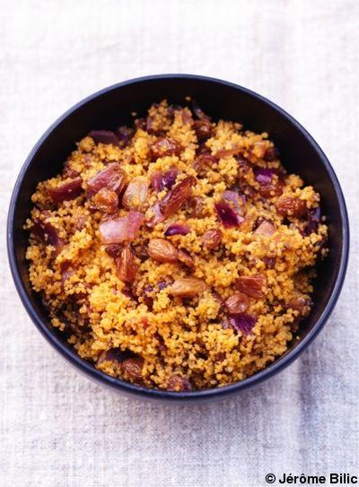 Recette La semoule aux raisins, aux oignons et aux épices : Pelez les oignons, coupez-les en dés, mettez-les avec les raisins et 15 cl d'eau dans une casser...