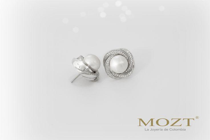 #TipMozt Las perlas blancas crean un aspecto elegante y femenino cuando se combinan con un vestido de noche! Joyería Mozt Cel: 318 629 6610