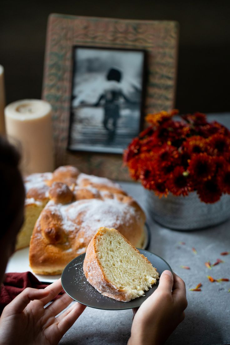 This vegan day of the dead bread is easy to make, delicious, authentic and perfect to celebrate our loved ones. Authentic Mexican Recipes, Vegan Mexican Recipes, Delicious Vegan Recipes, Best Dessert Recipes, Fall Recipes, Vegan Bread, Vegan Dishes, Vegan Desserts, Day Of The Dead