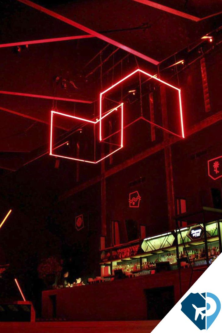 En la colonia #Juárez hay una casona que espera por ti. #Mono es un #bar decorado de tal manera que te transporta a los años 70.  El espacio está dividido en dos: un bar, #relax y cálido, como para conversar y clavarse en la #mixología, y un #dance hall cuyo sistema de sonido es de lo mejor que he escuchado en la ciudad. Ahí puedes desinhibirte y dejarte ir al ritmo de las mezclas del #DJ en turno, que, en general, son un #tecnohouse #ecléctico, poco convencional