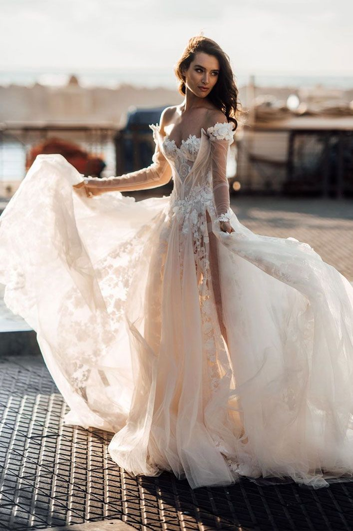 A Breathtaking wedding dress with graceful elegance