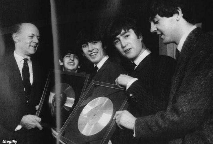 The Beatles discos de platino 18 de noviembre de 1963, The Beatles reciben los discos de platino por Please Please Me y With the Beatles, en una cer... - Armando Rosas - Google+
