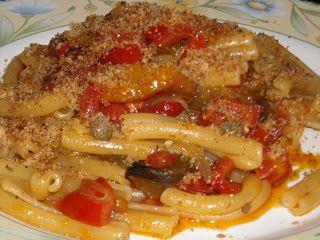 """.Le ricette di Lella e....: CASERECCE CON PEPERONI, CAPPERI E MOLLICA """"ATTURRATA"""""""