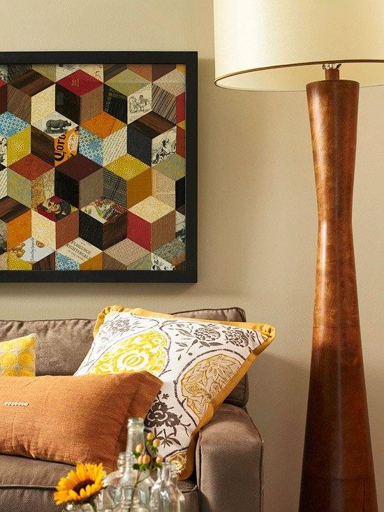 А вы любите украшать дом своими руками? Например, гостиную можно оживить самодельным коллажем. Соберите разноцветные ромбики, вырезанные из газет, материй, этикеток, дорогих сердцу фотографий. Потом купите красивую рамку и сложите коллаж.