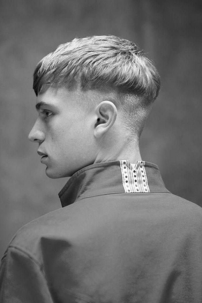 Style De Coiffure Originale Avec Une Coupe Homme Rase Cote A La Demarcation Nette Qui Rappel Coiffure Homme Cheveux Raide Cheveux Masculins Coupe Cheveux Homme
