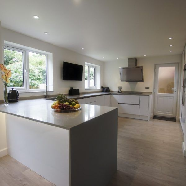 This modern style kitchen is made up of the Grigio De Lusso. It matches perfectly with the white gloss cabinetry and makes the kitchen look clean.