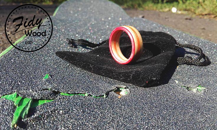 SKATE RING - RED SUN PRSTENY VYROBENÉ ZE STARÝCH SKATE DESEK   Prsteny vyrobené ze starých skate desek je jedním z nejhezčích využití zlámaných skatů .  Vyrábíme několik základních variant ale po emailové dohodě je možno nechat si vyrobit prsten i  z vlastní desky a z volitelným průměrem.