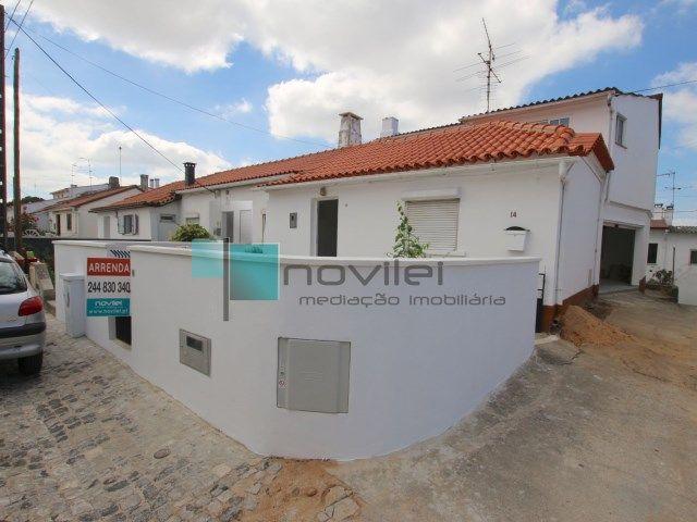 Moradia T4 recuperada com acesso pedonal ao centro de Leiria. Tem lareira, 2 casas de banho, pequeno pátio murado e garagem.  #moradia #casa #house #portugal #novilei #leiria #arrendar #arrendamento #alugar #rent #imoveis #imobiliaria