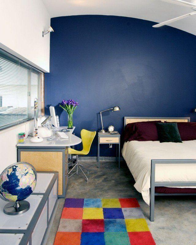 chambre enfant garçon avec une peinture murale bleu et bureau