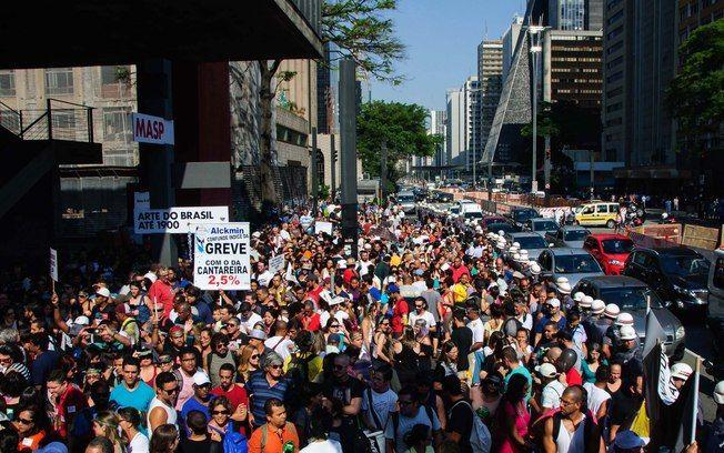 Professores da rede estadual de São Paulo em greve, realizam assembleia no MASP, localizado na Avenida Paulista (27.03.2015)  UNIÃO e MOBILIZAÇÃO!  Avante,  Educadores paulistas!  Por dignidade profissional e pela educação dos paulistanos!  Força nas demandas!   Fé na luta!