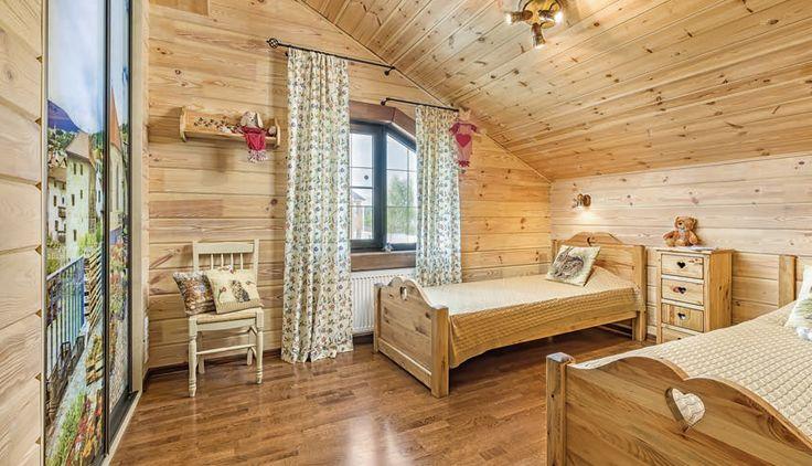 Из-за скошенного потолка окно оформлено нестандартно — гардины висят на двух штангах, установленных на разных уровнях.