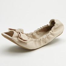 Ballet flats are so comfortable to wear and it's amazing that they can look as gorgeous as this pair does.