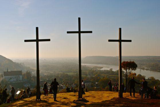 Fantastic photo of Góra Trzech Krzyży (Hill of Three Crosses) overlooking the small town of Kazimierz Dolny, #Poland.