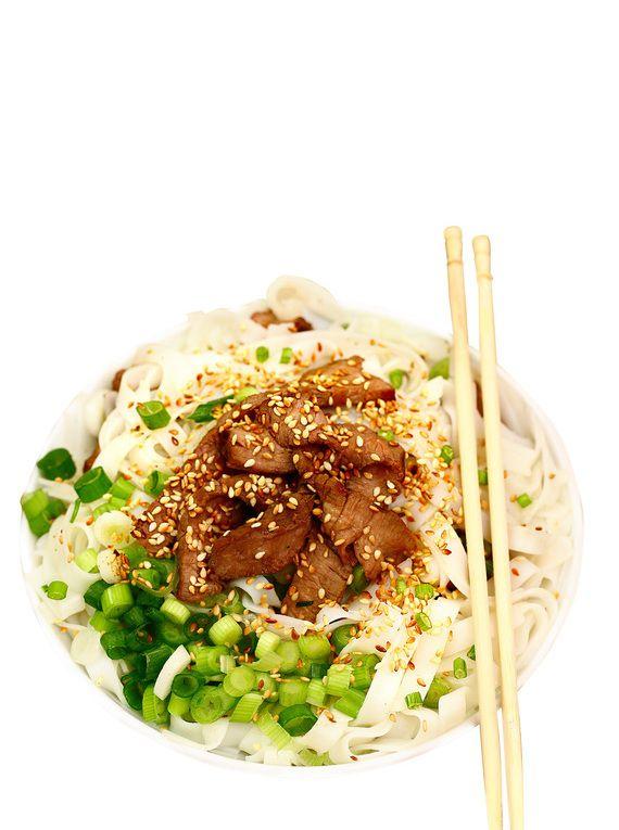Sałatka zwołowiną #lunch #kolacja #przepisy #azja #sałatka #wołowina #makaron #imbir #sezam #POLOmarket