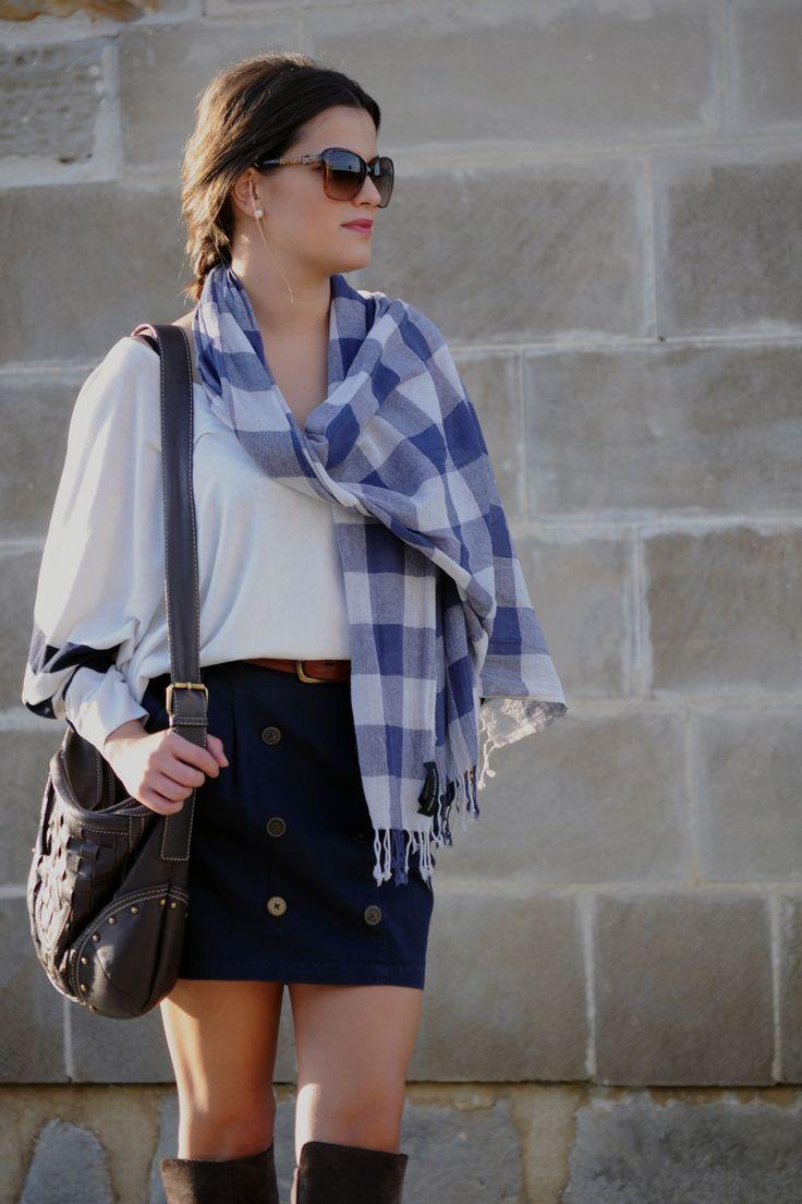 jersey oversize  blanco con dos rayas en marino de uterqüe, falda azul marino con botones de zara, pañuelo de cuadros azul y blanco, botas marrones de uterqüe, gafas de sol de güess, bolso marron de purificacion garcia